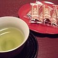 桌上擺著京都名產「八橋」(硬而脆的口感,帶有一些肉桂的香氣,整體說來還不錯^O^)