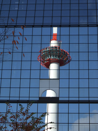 早晨的京都塔倒映在玻璃圍幕上