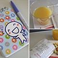飛機順利起飛之後,空服員先為每一位乘客上了飲料和零食,我也拿出這次旅行備用的小冊子,一併拍照留個念。