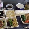 飛機餐的主食有鰻魚和咖哩豬排可以選,跟鰻魚向來交情不深的我,當然就投豬排一票啦!