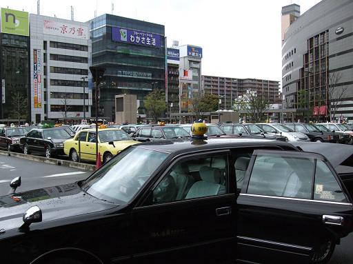 車站外有許多計程車在排班等著搭載客人,我們跳上其中一輛,便直接往這次要住的飯店奔去。