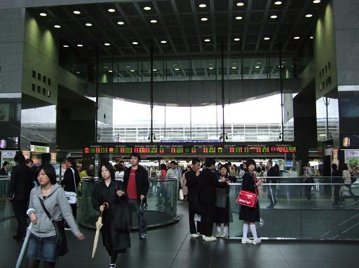 京都車站裡人潮依舊,感覺似是熟悉,卻又帶有幾分的陌生。