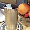 冷水壺的造型很摩登(而且可重的咧)。