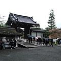 即便下著雨,仁和寺的遊客仍是不少。