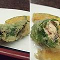 紫蘇鮭魚捲,紫蘇葉的清新及香氣非常搶眼,和鮭魚的味道很搭。
