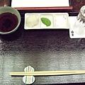 餐盤上方有一小碗天婦羅沾醬,而旁邊的長型小碟裡,則分別放著蘿蔔泥、抹茶塩,及質感細緻的塩巴。