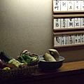 料理檯內的櫃子上放著幾籃時令的鮮蔬,這不只是當作擺飾用,而是真的可以直接拿了下鍋炸哩!