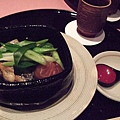 這道是用魚肉、昆布和一整顆梅子,搭配京都特產的蔬菜九条蔥一起蒸煮而成的。