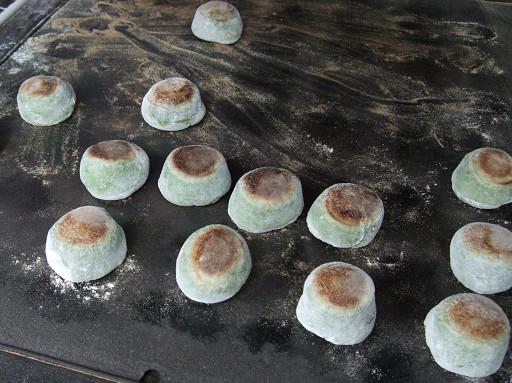 在鐵板上烤得焦香的麻糬餅,裡頭是甜而不膩的紅豆餡。