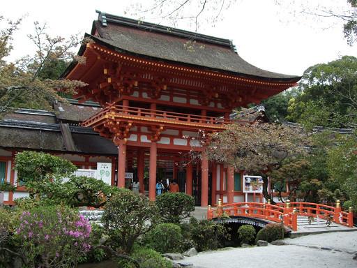 也是國家重要文化財的朱紅色樓門,看起來十分的醒目。