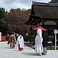 離開前,碰巧看到一對穿著日本式禮服的新人,正快步的往神社裡走去。