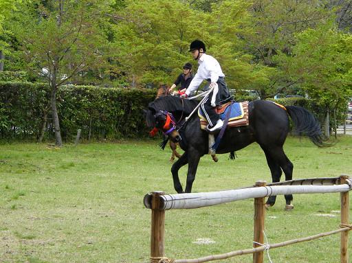 騎士們正努力的為賽馬活動做練習。