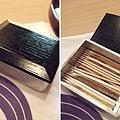 裝牙籤的小木盒也很有質感。