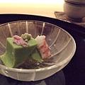 開路先鋒第一棒,是豌豆做成的冷豆腐,佐以些微芥末食用,口感十分清新、細緻。