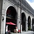 獨特摩登的建築造型,是曾經榮獲「都市景觀賞」的作品,裡頭有許多專櫃、店鋪及......咖啡廳。