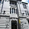 興建於1916年的SACRA ビル原本是舊不動貯蓄銀行,現在則有一些賣創意商品的小店和咖啡廳。