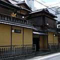京都三大老舖旅館之一「炭屋」,數寄屋式的建築十分典雅。