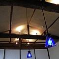 保留古老的木頭屋樑,再搭配充滿現代感的燈光,是極具巧思的設計。