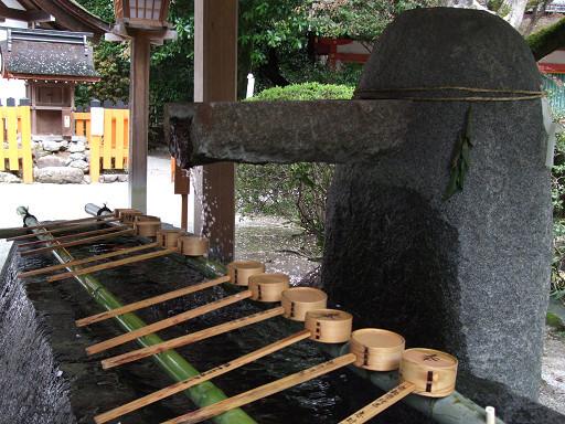 石製的洗手缽,具有厚實沈穩的質感。