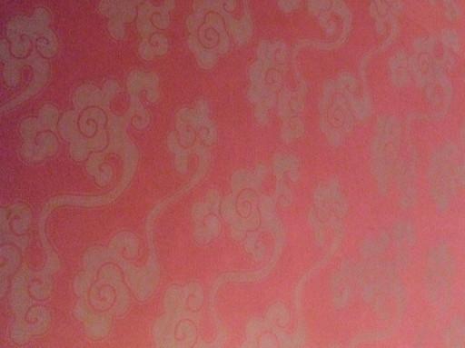 天花板上也貼了唐紙,是紅底古典的平天大雲圖樣