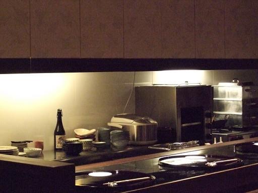 料理檯內。