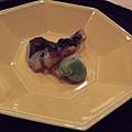用漂亮餐盤裝著登場的烤魚。