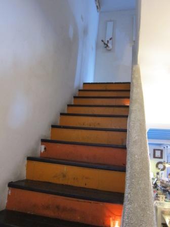 階梯上有點香精蠟燭