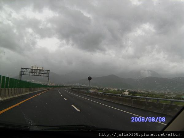 颱風天都是厚厚的雲層