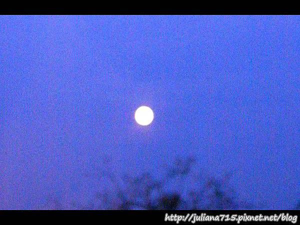 PhotoCap_08101406 窗戶眺望月亮.jpg