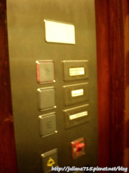 PhotoCap_08101504 雙人驚嚇電梯 (Helen).jpg