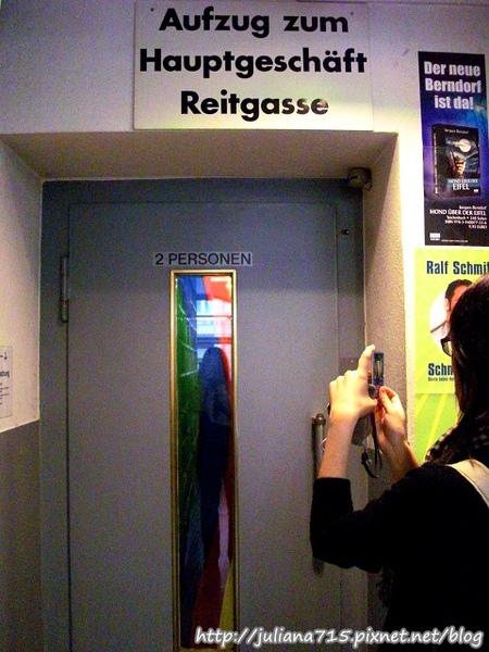 PhotoCap_08101501 雙人驚嚇電梯.jpg