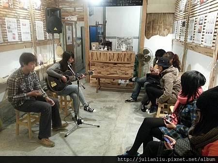 玉山旅社所支持的另一個空間:二通672,在日前舉辦彭昱臻及劉至君吉他演唱,是第一場音樂會!.jpg