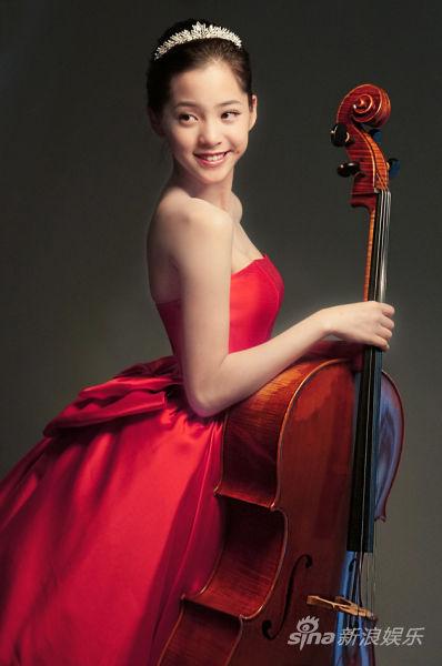 娜娜身著量身訂製Julia歐式復古紅色禮服