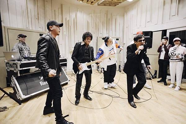 頑童mj116與baker-shop-boogie樂團主唱澤內和吉他手吉田演唱《stay-gold》
