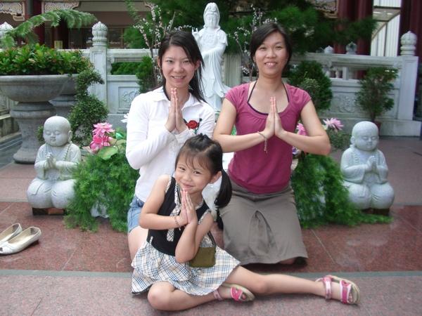 在金光明寺-很好笑耶...我媽教我們3個擺pose..可可也來~  哈哈