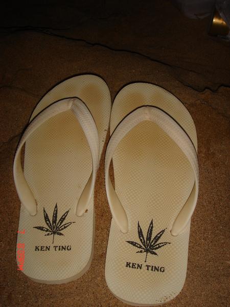 白拖鞋..變黃了@@