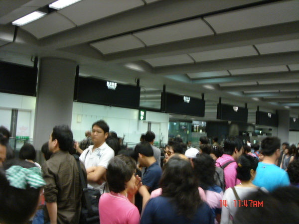 出境櫃檯滿滿是人~