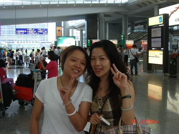 雅文及君君在香港機場拍一張~