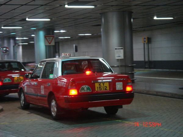 滿街都是一樣車型的紅色計程車~