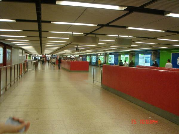 超乾淨又超寬敞的地鐵站~