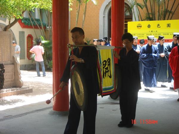 一到廟內..他們好像舉辦某種儀式..走出一堆人..敲鑼打鼓唷~