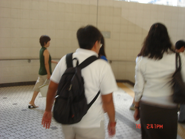 超好心的香港人..帶迷路的我們到海港城~