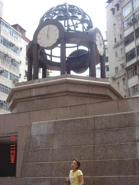 君君也來和這個港劇內常出現的時代廣場的大鐘拍一張~