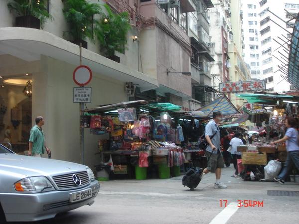 在要去機場快線的路上..看到香港的傳統市場~