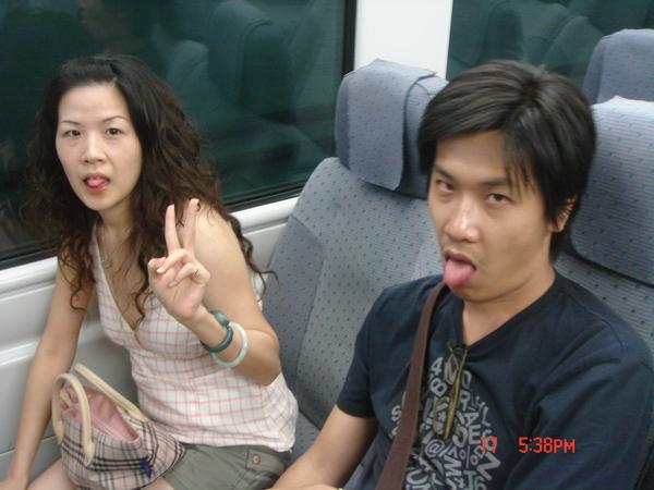 愛吐舌的黃家夫婦~拍一張~