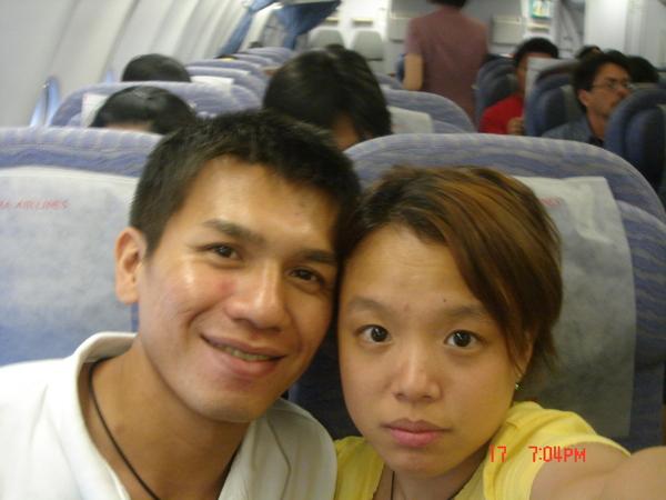 偶綿也來一張..君君的臉臭臭..因為..要起飛了..怕怕~香港886~