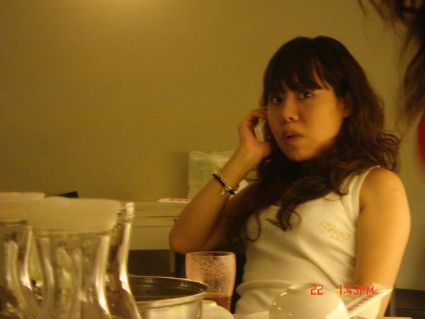 kris粉忙..一直講電話~~呼~