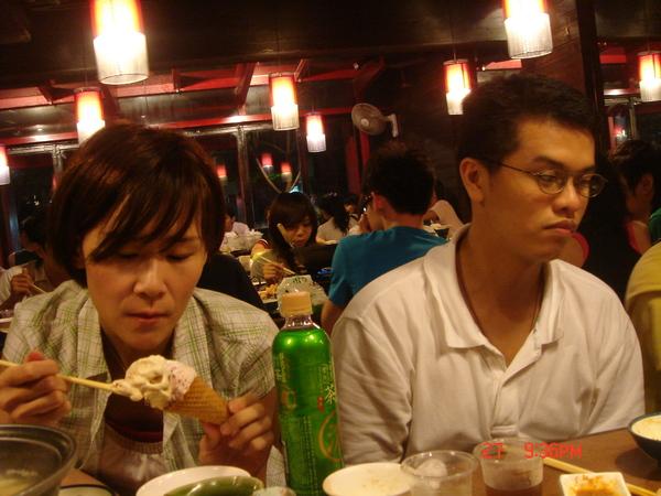 """用筷子吃""""哈根達斯""""你第一名丫..老大~"""