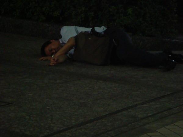 丫忠說很多人趕不上地鐵..就直接馬路上睡..明天再坐第一班吧~