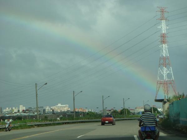回家在疏洪道的路上..出現好久不見的彩虹~